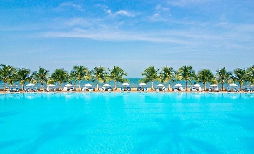 при отеле есть пять открытых бассейнов
