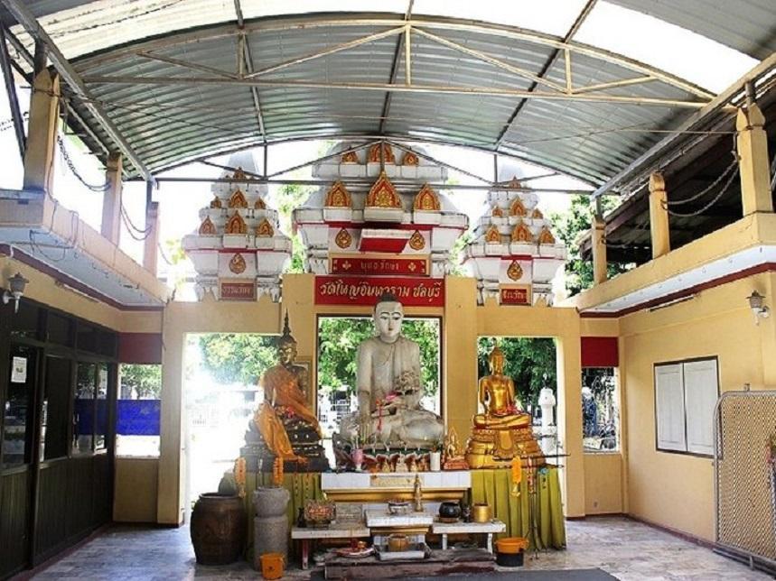 Храм Ват Яй Интрарам