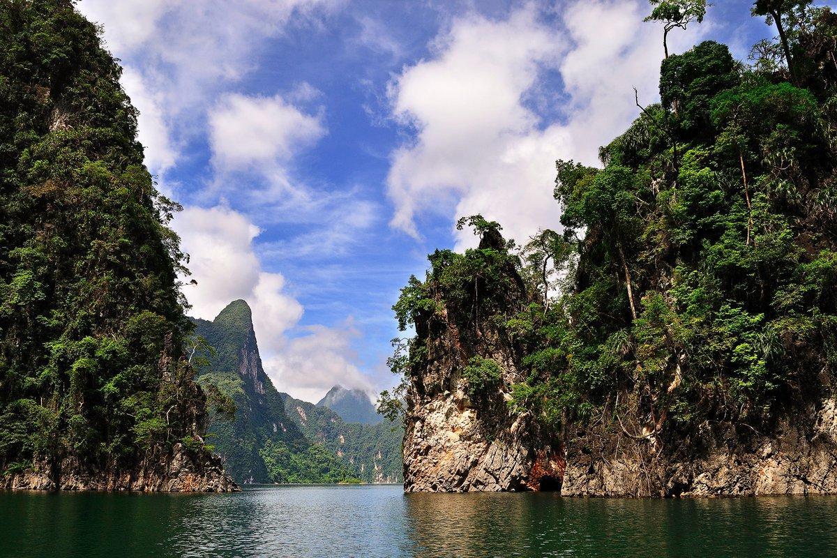 Фото озера Чео Лан между скалами