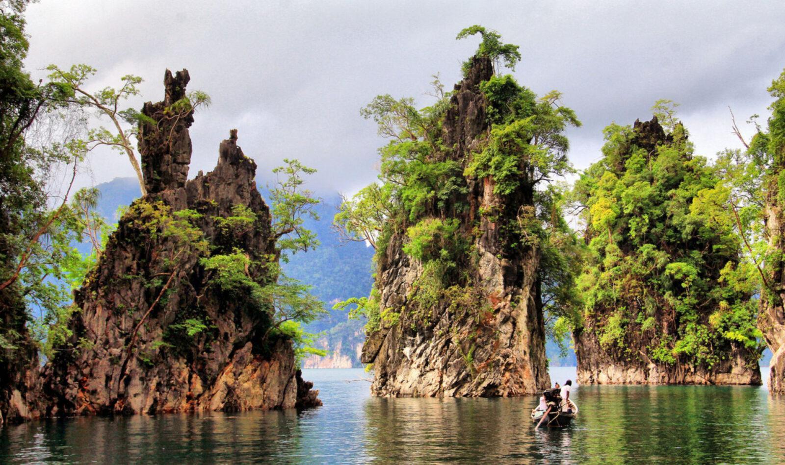 Фото скал на озере Чео Лан